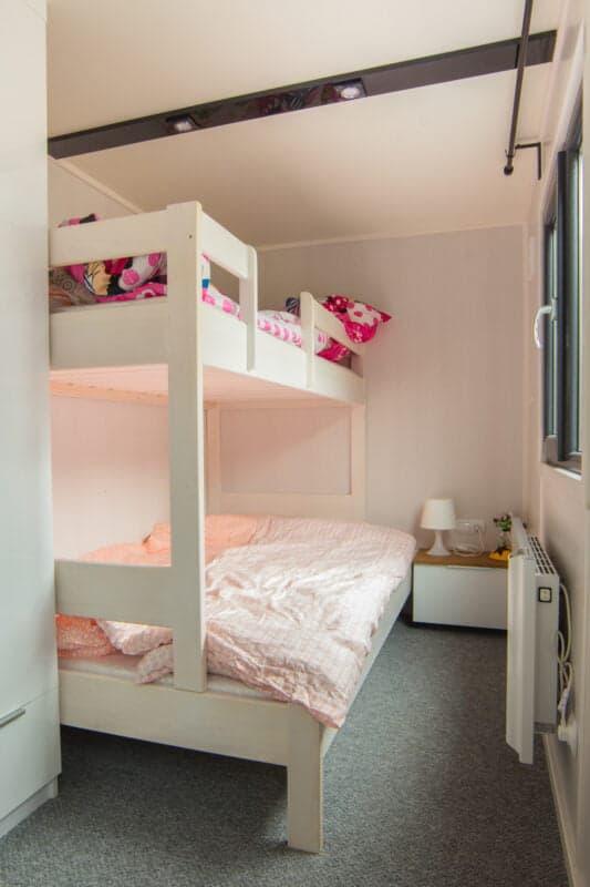 2 Dzieci wdomu mobilnym. Jak wygląda ich pokój?